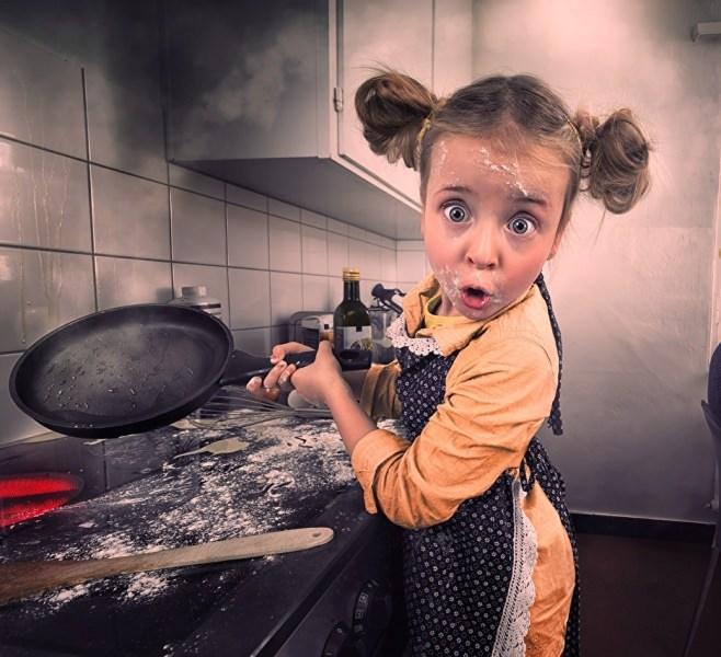Деца в кухнята – имат ли място там?